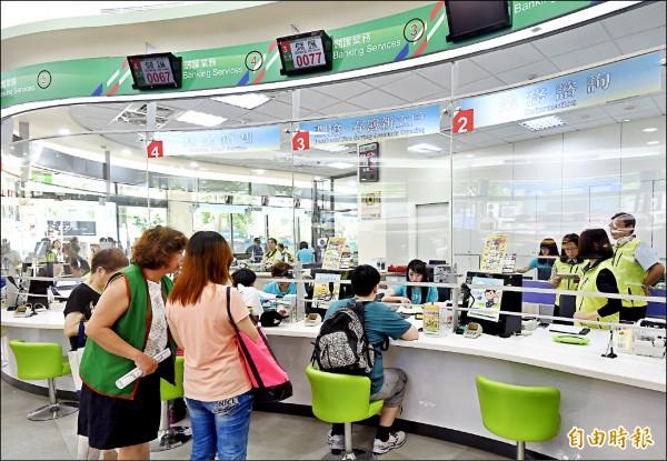 中華郵政董事會已拍板,窗口人員每月津貼增加二百至五百元,約僱人員則調升一薪級、月薪增加五七八元,預定明年一月上路。(資料照,記者簡榮豐攝)