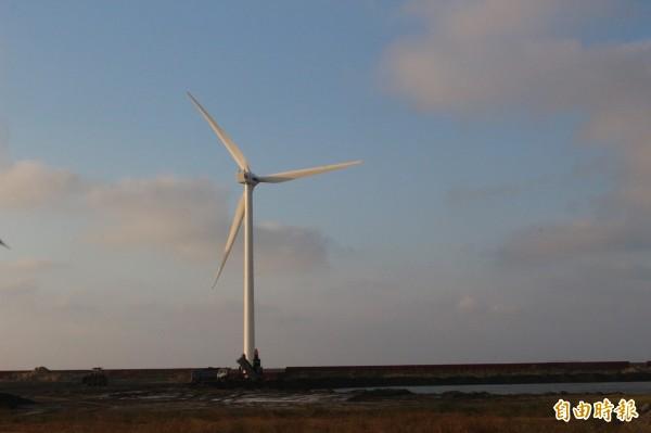 彰化外海開發離岸風電,開發商要取得創設籌設許可證的第1關,出現中央和地方看法分歧的難題,圖為彰濱沿海陸域的風電機。(記者張聰秋攝)