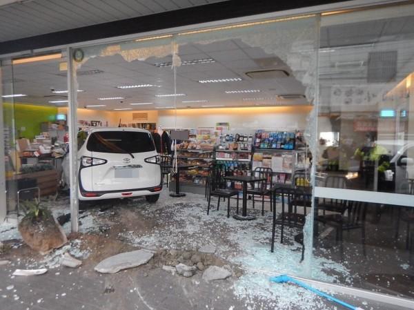 台中一名李姓駕駛,今天上午開車想到超商買東西,卻誤踩油門撞破超商玻璃門,整輛車直接開進超商內,現場一片狼籍。(記者陳建志翻攝)