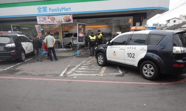 台中一名李姓駕駛,今天清晨開車想到超商買東西,卻誤踩油門將車開進超商,警方獲報到場處理。(記者陳建志翻攝)