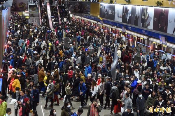 台北市政府前廣場31日晚間舉辦「 2019 台北最High新年城」跨年活動,捷運市府站湧入參加跨年活動的人潮。(記者簡榮豐攝)