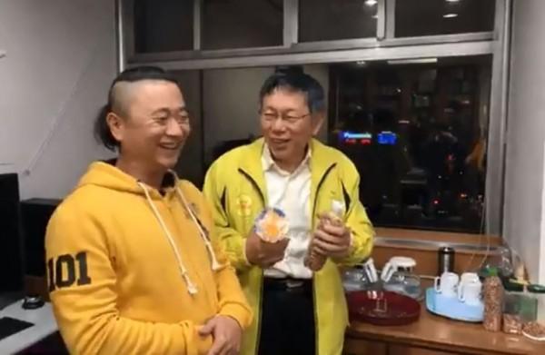 台北市長柯文哲稍早「緊急直播」,藝人邰智源路過突襲柯市長辦公室。(圖擷取自臉書)