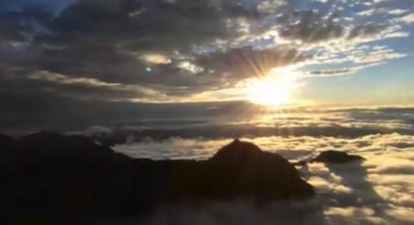 從今日下午5時左右,玉山氣象站特別直播了全程26分鐘的「玉山最後一道夕陽」落下的過程。(圖擷取自玉山氣象站臉書)