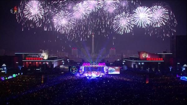 迎接2019年,北韓輸人不輸陣!晚間於平壤施放絢爛煙火。(圖取自《sky news》)