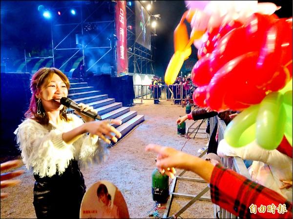 南投跨年晚會開場台語天后向蕙玲走下舞台與民眾互動同歡。(記者劉濱銓攝)