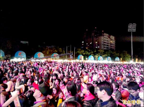 南投跨年晚會知名歌手輪番開唱,吸引大批民眾前往欣賞。(記者劉濱銓攝)