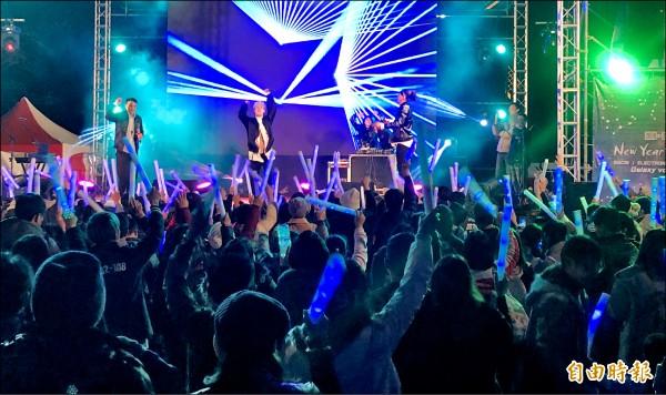 清境跨年晚會,遊客在熱鬧的電音派對中送走2018年。(記者佟振國攝)