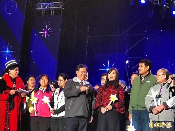 鄭文燦伉儷偕亞運金牌選手、超人氣韓團「Highlight的起光&耀燮」等人一同在台上跨年,也祝福大家有美好的一年。(記者李容萍攝)
