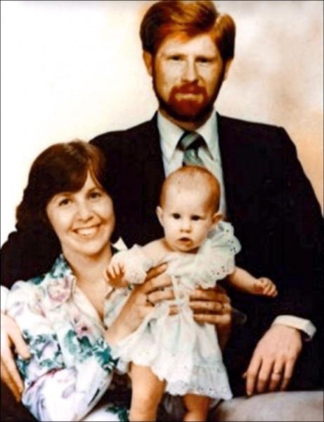第一代美國在台協會(AIT)官員艾文智的全家福,他的大女兒(右)在台灣出生,現也任職於台北AIT。(艾文智提供)