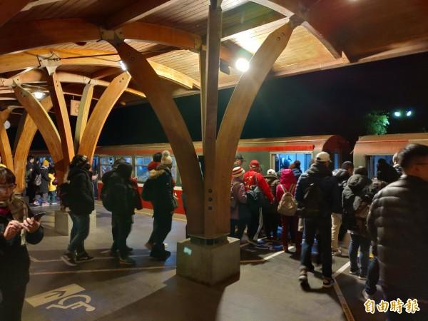 遊客在阿里山林鐵阿里山站月台等候祝山線觀日列車。(記者曾迺強攝)