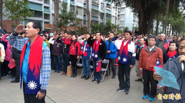 前總統馬英九(右起2排第5名)參加台南市南區大林新城國宅社區升旗典禮、向國旗敬禮。(記者王俊忠攝)