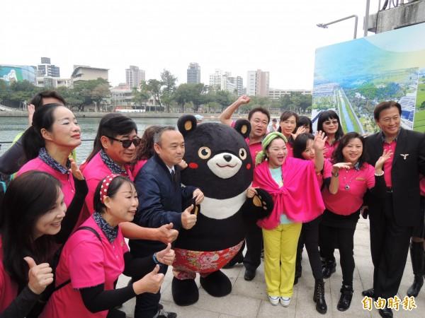 高市觀光局長潘恆旭(深色夾克)邀請白冰冰擔任高雄1月觀光大使。(記者王榮祥攝)