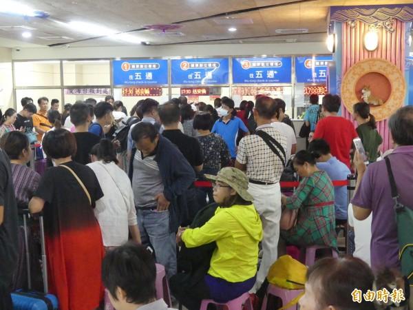 只要遇到大節日,金門小三通售票大廳常見排隊人潮。(記者吳正庭攝)