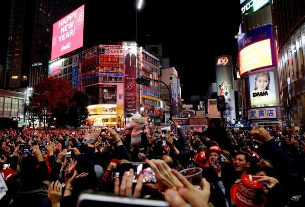 日本東京澀谷街頭,擠滿狂歡跨年的民眾。(路透)