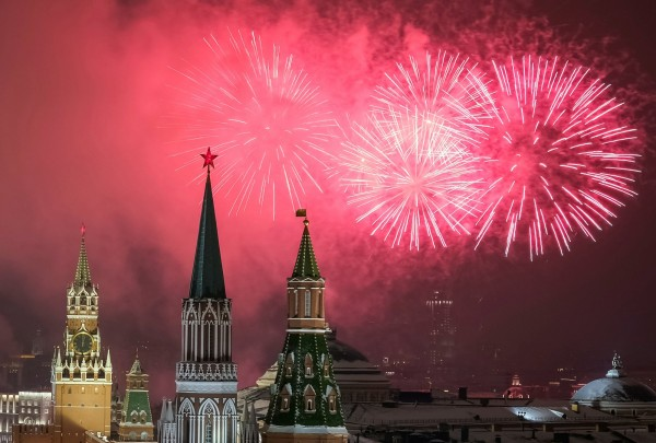 莫斯科克姆林宮施放新年煙火。(路透)