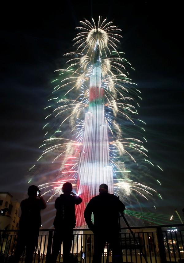 哈里發塔樓高828公尺,在杜拜的夜空中,施展炫耀燈光秀,高樓不斷的被豔光四射的燈色彩包圍,快速轉換,耀眼奪目。(歐新社)