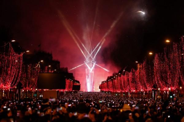 巴黎香榭大道擠滿跨年民眾。(法新社)
