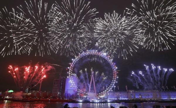 倫敦的「倫敦之眼」煙火秀。(美聯社)