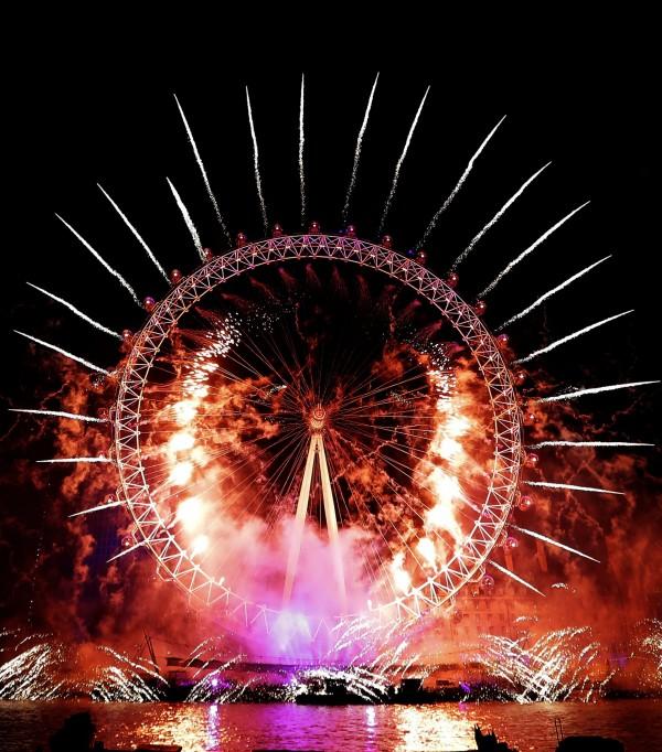 煙火環繞著倫敦之眼。(美聯社)