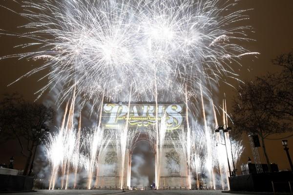 法國巴黎凱旋門施放新年煙火。(歐新社)