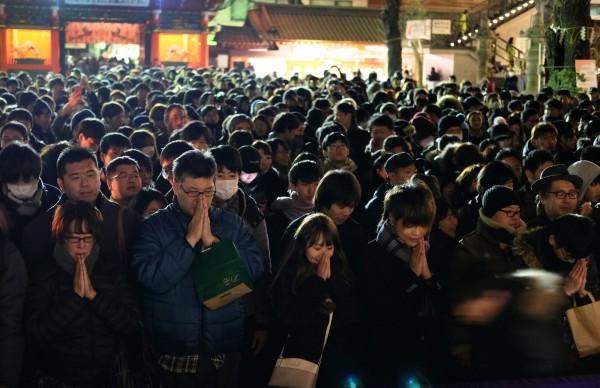 日本東京民眾前往神田明神神社,為新的一年祈禱。在新的一年前3天,數百萬日本人將參觀全國各地的神社和寺廟,為家人的幸福祈禱。(法新社)