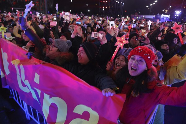 中國北京街頭聚集跨年狂歡民眾。(美聯社)