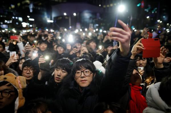 南韓首爾聚集跨年民眾。(路透)