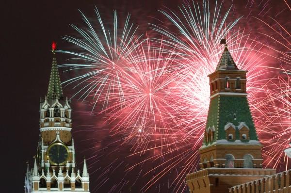 俄羅斯莫斯科紅場舉行的新年慶祝活動期間,煙花在空中綻放。(路透)