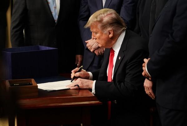 美國總統川普簽署「亞洲再保證倡議法」(ARIA)。(法新社資料照)