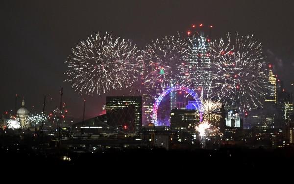 倫敦的「倫敦之眼」上空有璀璨的煙火秀。(路透)