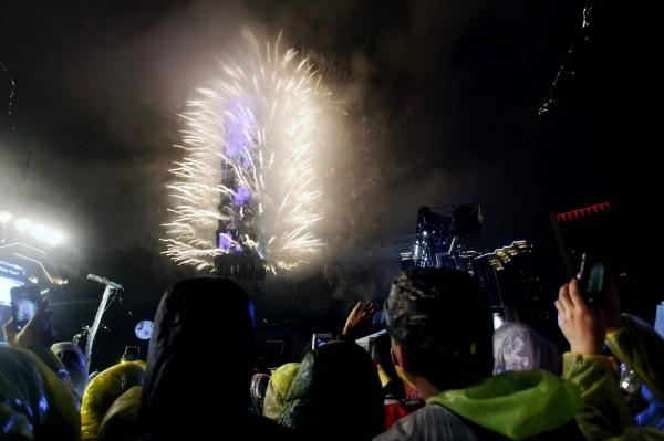 台北101今年煙火秀長達360秒,為101史上最長的跨年煙火秀。(法新社)