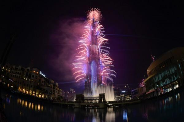 杜拜哈里發塔迎新年跨年秀,璀璨奪目。(法新社)
