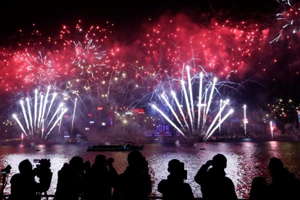 香港維多利亞港施放煙火慶祝新年。(路透)