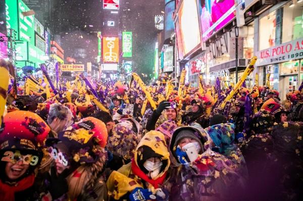美國紐約民眾在曼哈頓區的時代廣場慶祝新年。(路透)