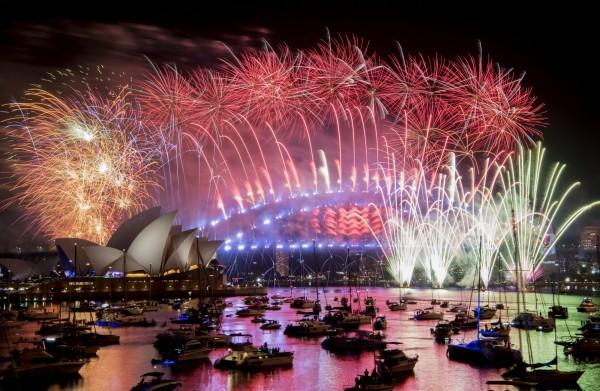 澳洲雪梨以破紀錄的煙火數量及璀璨奪目的聲光特效,在台灣時間2018年12月31日晚間21時為全球揭開跨年序幕。(路透)