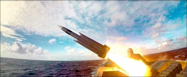 沱江級巡邏艦發射雄三超音速反艦飛彈。(取自海軍司令部影片)
