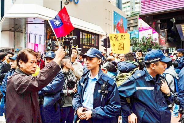 港獨遊行隊伍中,不乏手持中華民國國旗的群眾,與親中組織數度對罵。(法新社)