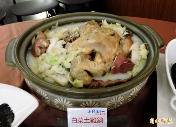 白菜土雞鍋是經典招牌菜。(記者張菁雅攝)