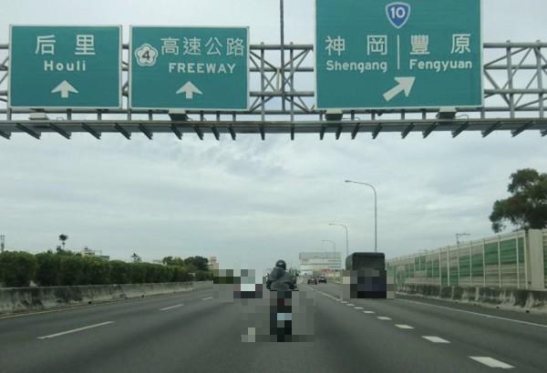 阿伯騎車上國道還任意變換車道,險象環生。(民眾提供)