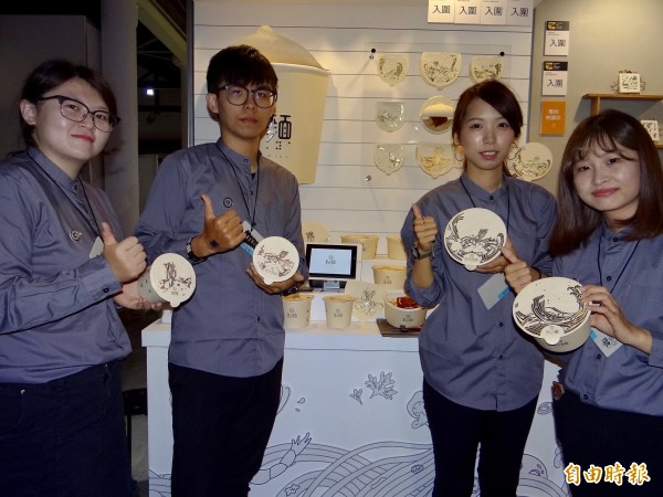 正修科大時尚系學生以幫助視障人士方便吃泡麵的包裝改良案的「點麵」獲國內外大獎。(記者洪臣宏攝)