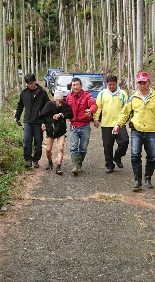 老翁(左二)在山區走失一夜,被尋獲時沒穿長褲,疑似是騎車摔落山谷,為脫困才捨棄鞋、褲。(記者劉濱銓翻攝)