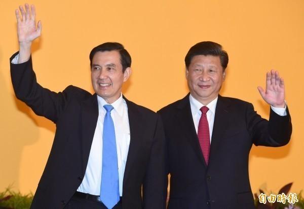 習近平(右)今天重新詮釋「九二共識」,馬英九(左)透過辦公室強調,「九二共識」的精神就是「一個中國,各自表述」,無論中共如何表述,我方所指的「一中」就是中華民國,應站穩立場。圖為2015年11月7日的馬習會。(資料照,記者廖振輝攝)