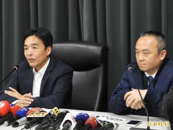 高雄市觀光局長潘恆旭(右)、民政局長曹恒榮(左)召開記者會,宣布1月3日訂為「鳳飛飛日」。(記者葛祐豪攝)