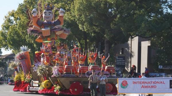 中華航空與外交部、交通部觀光局合作,以「台灣之聲」(Rhythms of Taiwan)為題打造三太子巨型人偶參加美國玫瑰花車遊行,蟬聯國際首獎。(中央社)