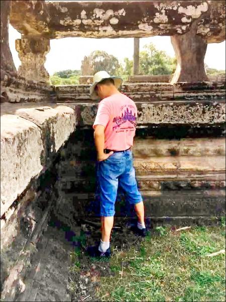 一名疑似中國籍的觀光客,在柬埔寨吳哥窟遺址隨地便溺。(取自網路)