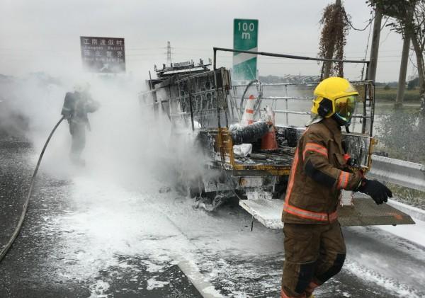 工程車火燒車。(記者楊金城翻攝)