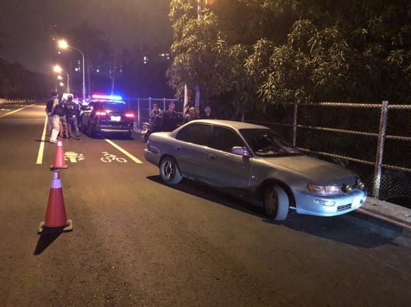 警方開槍逼迫劉男停車。(記者洪臣宏翻攝)