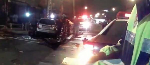 兩車對撞後,另一台車的人下車查看,對方駕駛座竟沒人,郭女昏迷於副駕座(左前,銀白車),醒來說自己就是駕駛。(記者黃旭磊翻攝)