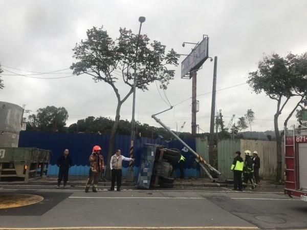 捷運萬大線位於新北中和莒光路的工地,今天下午傳出一輛貨車撞斷電線桿後,翻覆撞破圍籬。(記者吳仁捷攝)