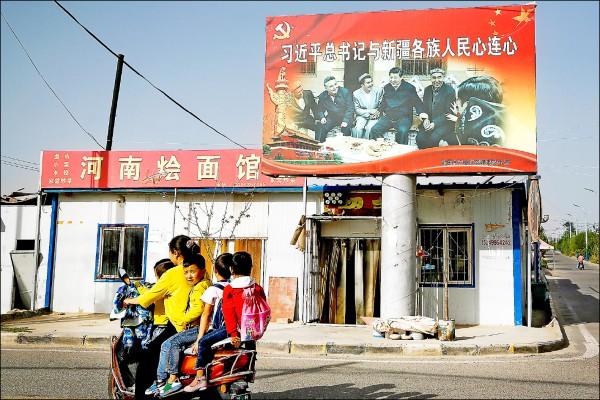 中國政府持續加強箝制新疆維吾爾族穆斯林,嚴格限制穆斯林出境最多只能停留十五天,超過期限返國或在海外散布批評政府言論,國內的擔保人將被送到再教育營。圖為新疆西南部和田市街景。(美聯社檔案照)